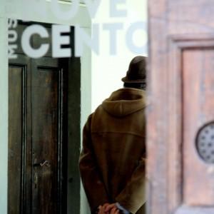 """Svita una testa in bronzo al museo del Novecento e cerca di scappare: """"Innamorato della statua"""""""