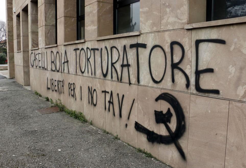 Firenze, le scritte sui muri contro l'ex procuratore Caselli