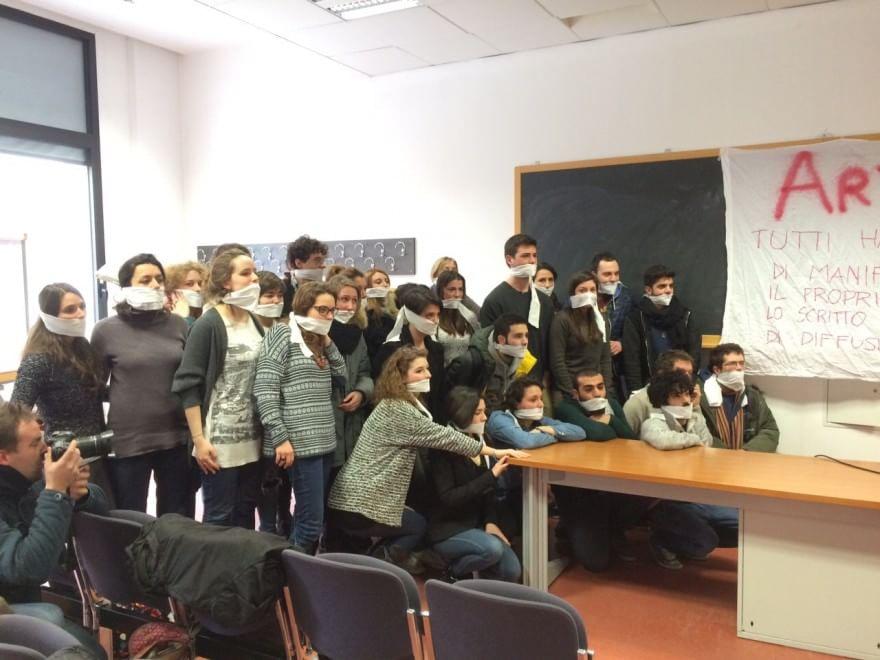 """Novoli, Caselli """"costretto"""" ad annullare la lezione: gli studenti si imbavagliano"""
