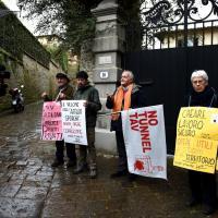 La protesta No Tav all'esterno della villa di Perotti