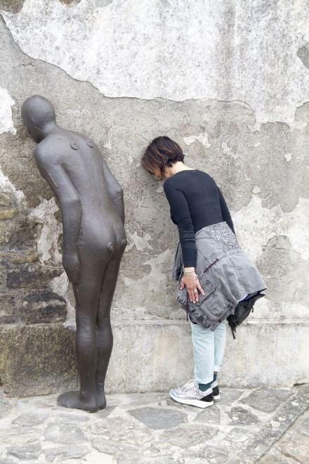 In posa per la foto: il visitatore fa la scultura