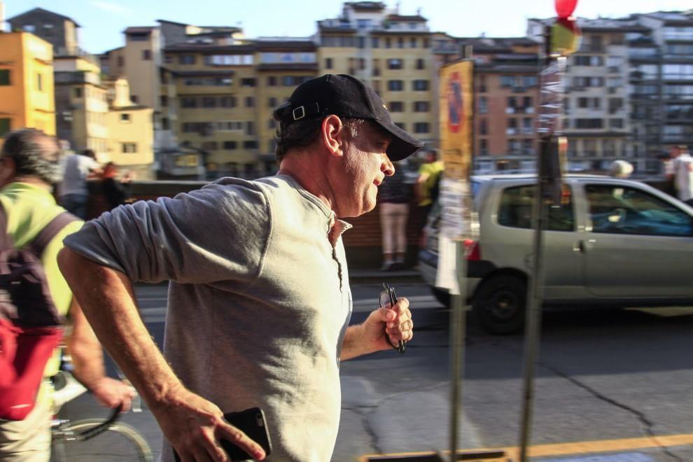 Tom Hanks, corsa sul lungarno durante la pausa dal film