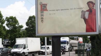 """Il cartellone di Dante all'ingresso di Firenze: """"Lasciate ogne speranza, voi ch'intrate"""""""
