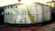 Lana colorata e disegni d'artista: così rivivono le mura dei cantieri