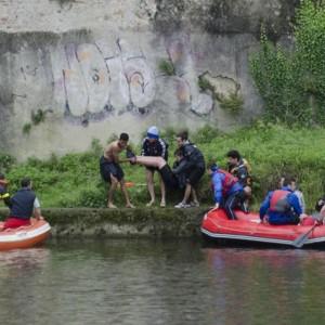 """Turista cade in Arno, un giovane marocchino si tuffa e lo salva. I passanti: """"Sei un eroe"""""""