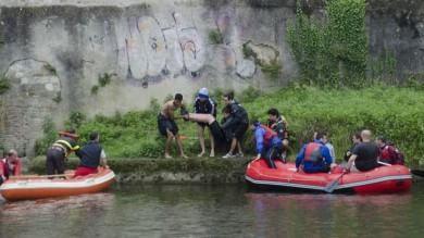 Turista cade in Arno, un giovane marocchino si tuffa e lo salva   Foto