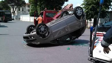 Auto si ribalta in viale Belfiore conducente ferito, traffico in tilt   Video
