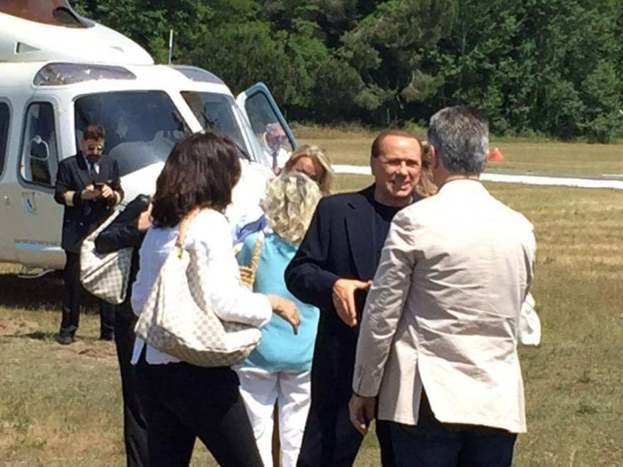Elicottero Silvio Berlusconi : Berlusconi e francesca pascale in elicottero atterraggio