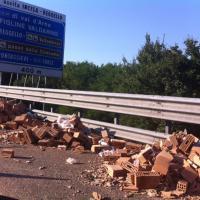 Incidente sulla A1: Tir perde carico di mattoni tra Valdarno e Incisa