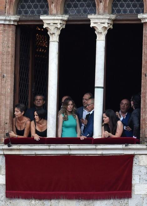 Palio di Siena, il ministro Boschi assiste dalle finestre del Comune