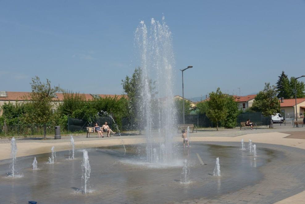 Caldo, a Prato la doccia nella fontana in mezzo alle fabbriche - 1 di 1 - Firenze - Repubblica.it