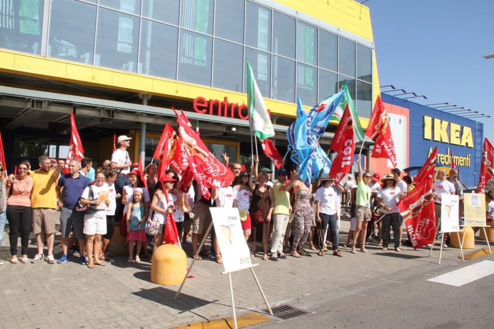 Torna lo sciopero all 39 ikea presidio dei lavoratori a for Ikea firenze