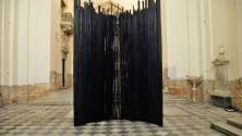 Diluvio, l'installazione in legno nella chiesa di Carrara