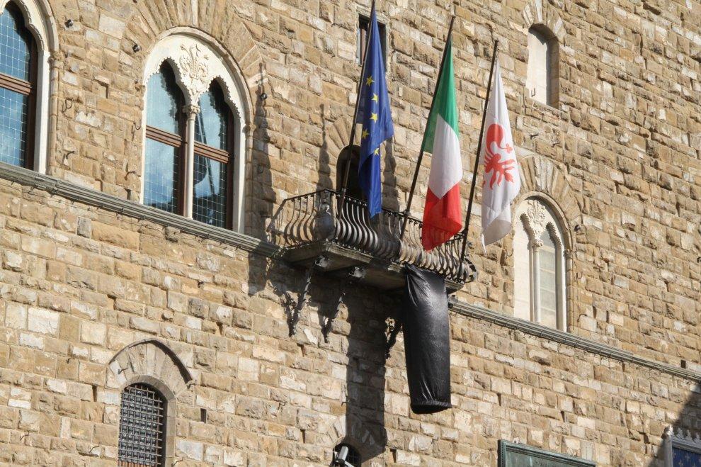Il drappo nero a Palazzo Vecchio