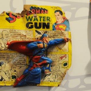 Viva le pistole ad acqua,simbolo pacifista: commoventi ordigni di idro-polemiche