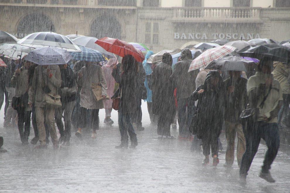 Acquazzone a Firenze, il fuggi fuggi dei turisti