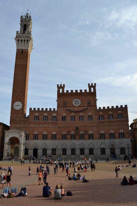 Siena, un gran sorriso in piazza del Campo: l'opera di Clet sul Palazzo del Comune