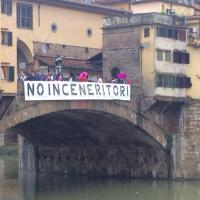 Inceneritore, lo striscione su Ponte Vecchio