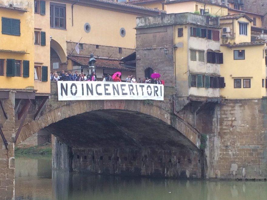 Inceneritore, lo striscione su Ponte Vecchio