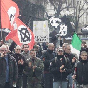 Forza Nuova in piazza Savonarola, gli antifascisti all'interno dei viali: due cortei in città