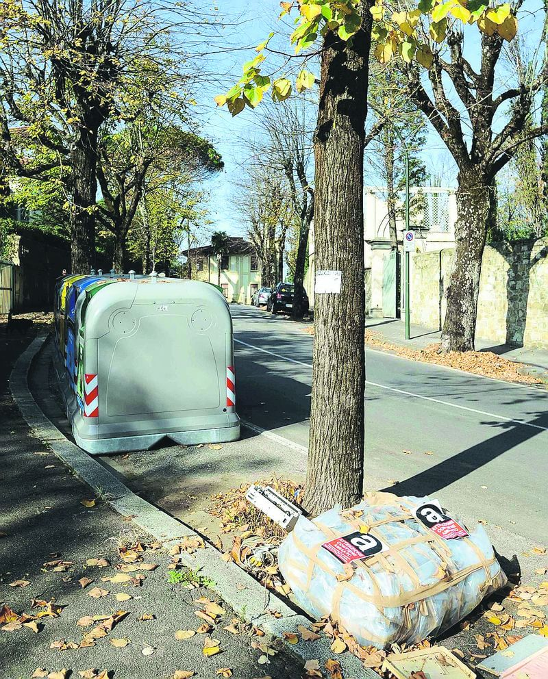 Allarme amianto sacchi per strada a Firenze, in zona Poggio Imperiale