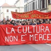 Firenze, corteo di studenti: terriccio alla sede del consiglio regionale