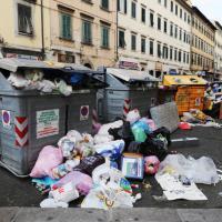 Rifiuti, centinaia di sacchetti sui cassonetti, così è oggi Livorno