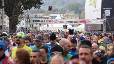 Firenze, in 10mila alla maratona -   video     Dopo gli atleti i cacciatori di magliette