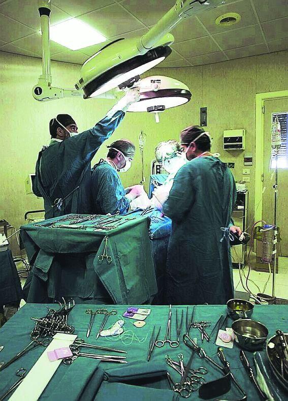 Entra in ospedale con la clavicola rotta  esce paralizzata