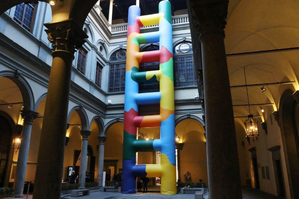 Arte, nel cortile di Palazzo Strozzi arriva la maxiscala colorata
