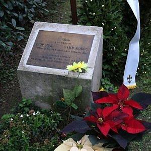 Fiori e lacrime in piazza Dalmazia: Firenze non dimentica i due senegalesi uccisi