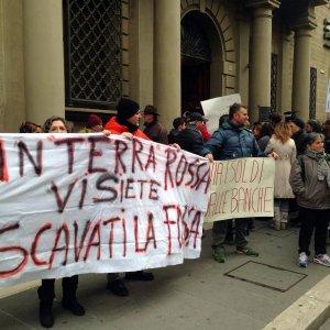 """Arezzo, Banca Etruria, pugni e grida dei risparmiatori: """"Ladri, ladri"""""""