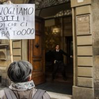 I risparmiatori manifestano davanti a Banca Etruria