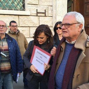 "Banca Etruria, sit-in a Civitavecchia: ""Vergogna, vergogna"". Ad Arezzo"