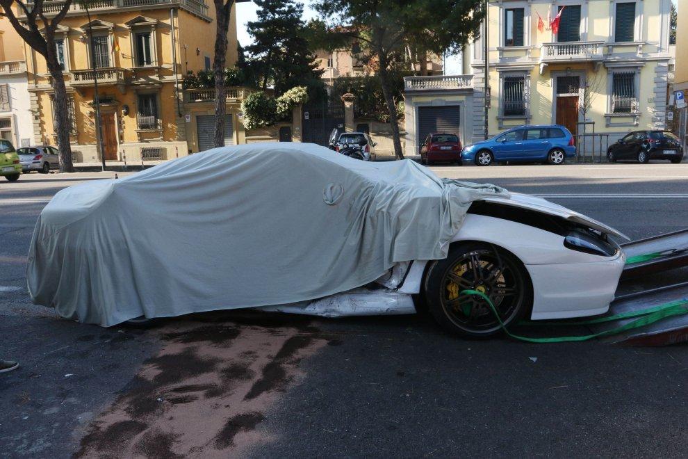 Firenze. Va all'appuntamento per vendere la Ferrari, ma sbanda e distrugge l'auto