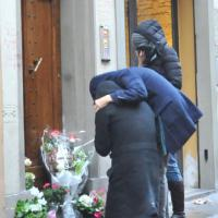 Firenze, il padre di Ashley Olsen porta i fiori davanti alla casa