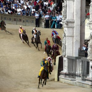 Palio di Siena, le contrade dicono no alla Regina: non andranno al compleanno di Elisabetta