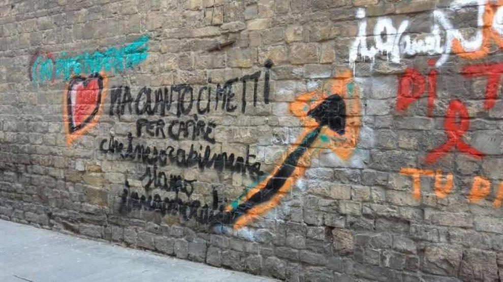 Una scritta d'amore lunga 3 metri, ma sulla facciata della Chiesa di Sant'Ambrogio a Firenze