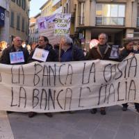M5S ad Arezzo su Etruria: striscioni e sfottò