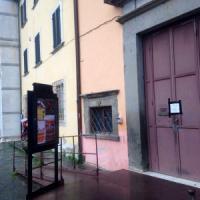 Pisa, giovane attore strangolato in scena: è in coma