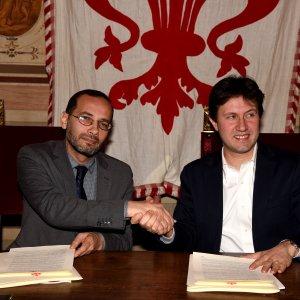 """Firenze, il """"patto di cittadinanza"""" tra sindaco e imam: sermoni in italiano durante le cerimonie"""