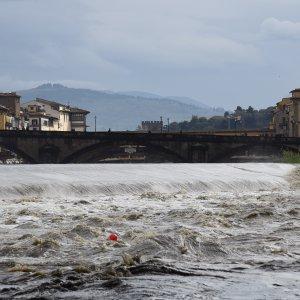 Maltempo in Toscana: ad Arezzo crolla un ponte, frana nel Grossetano
