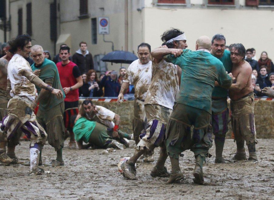 Firenze, la rievocazione del calcio storico: tra fango e muscoli ricordando Carlo V