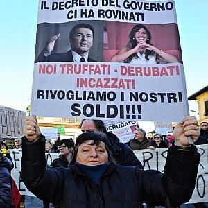 Protesta delle vittime del salva-banche davanti alla casa della famiglia Boschi a Laterina