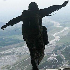 Lucca, paura per alcuni parà travolti dal vento durante lancio con il paracadute