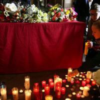 Incidente bus Erasmus: un cuore di rose rosse, fotografie e lacrime per Valentina, Lucrezia e Elena