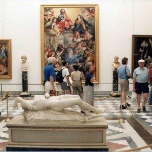 Firenze, nuovo caso di zecche agli Uffizi: punta un'impiegata