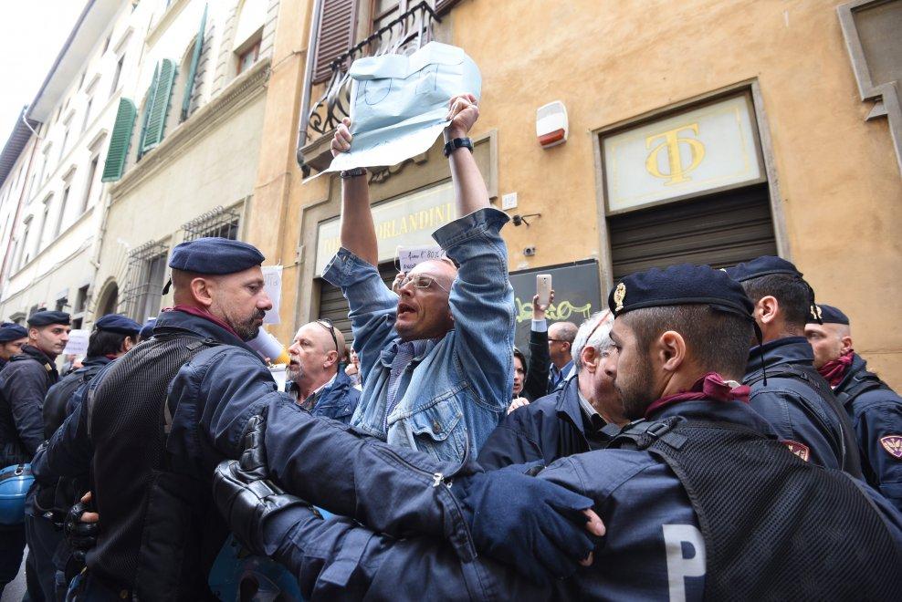 Firenze, i contestatori di Banca Etruria contro Renzi
