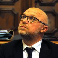Livorno, battaglia in consiglio comunale fra pro e anti Nogarin: un ferito