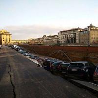 Firenze, voragine di 200 metri sul Lungarno in centro: auto sprofondate